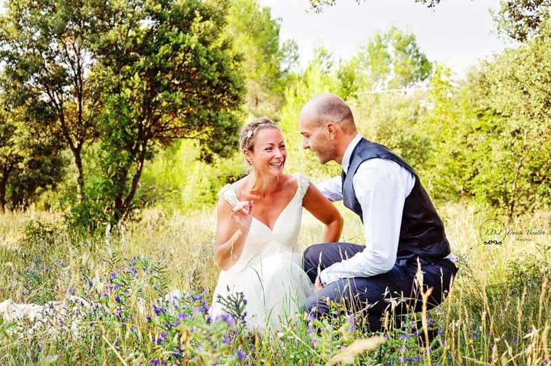 Mariés dans un champ de fleurs