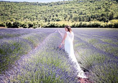 Mariée dans un champ de lavande