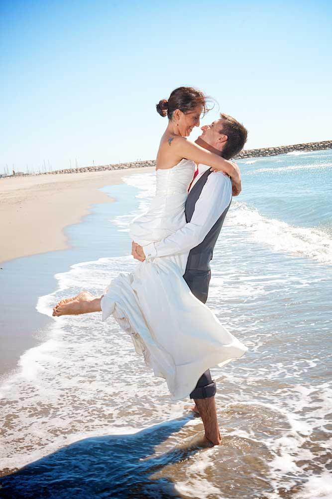 couple a la plage mariee porté