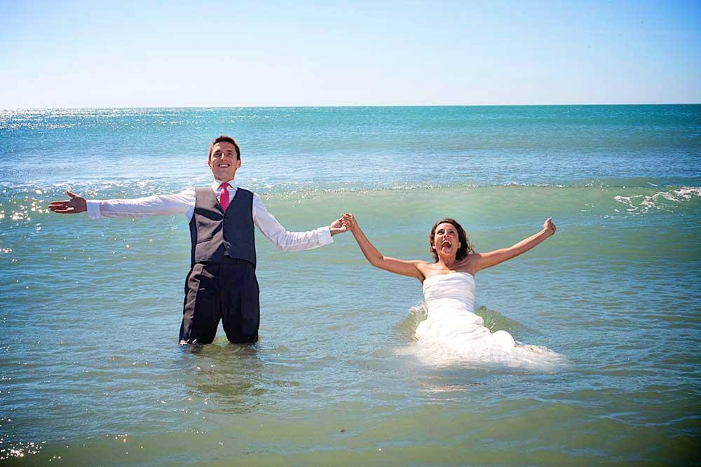 couple plage se jete dans la mer