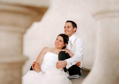 mariés assis dans grand escalier