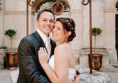 mariés devant un puit