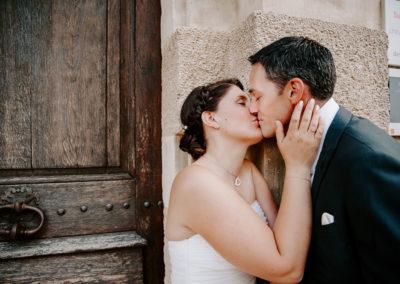 mariés s'embrasse devant une porte
