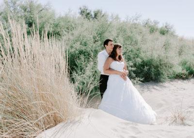 mariés debout dans les dunes