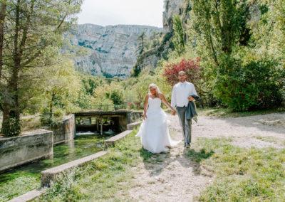 mariés marche pres du canal