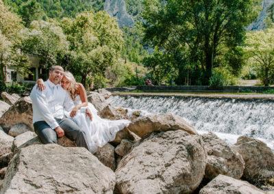 mariés devant une cascade