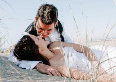 mariés blotis dans les dunes