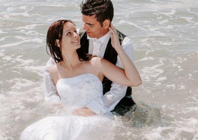 mariés assis dans la mer